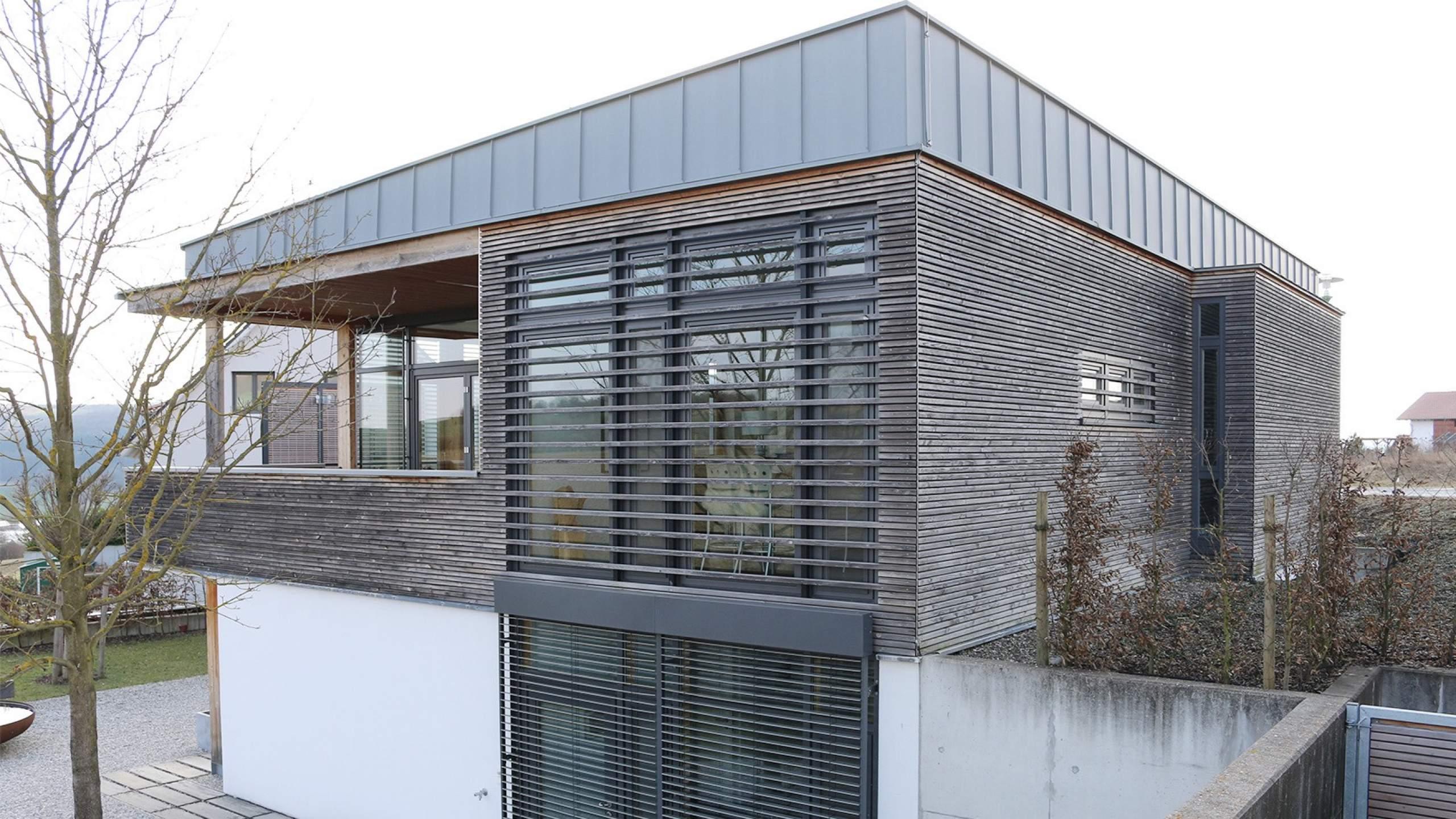 Einfamilienwohnhaus mit Holzleisten-Fassade Seitenansicht