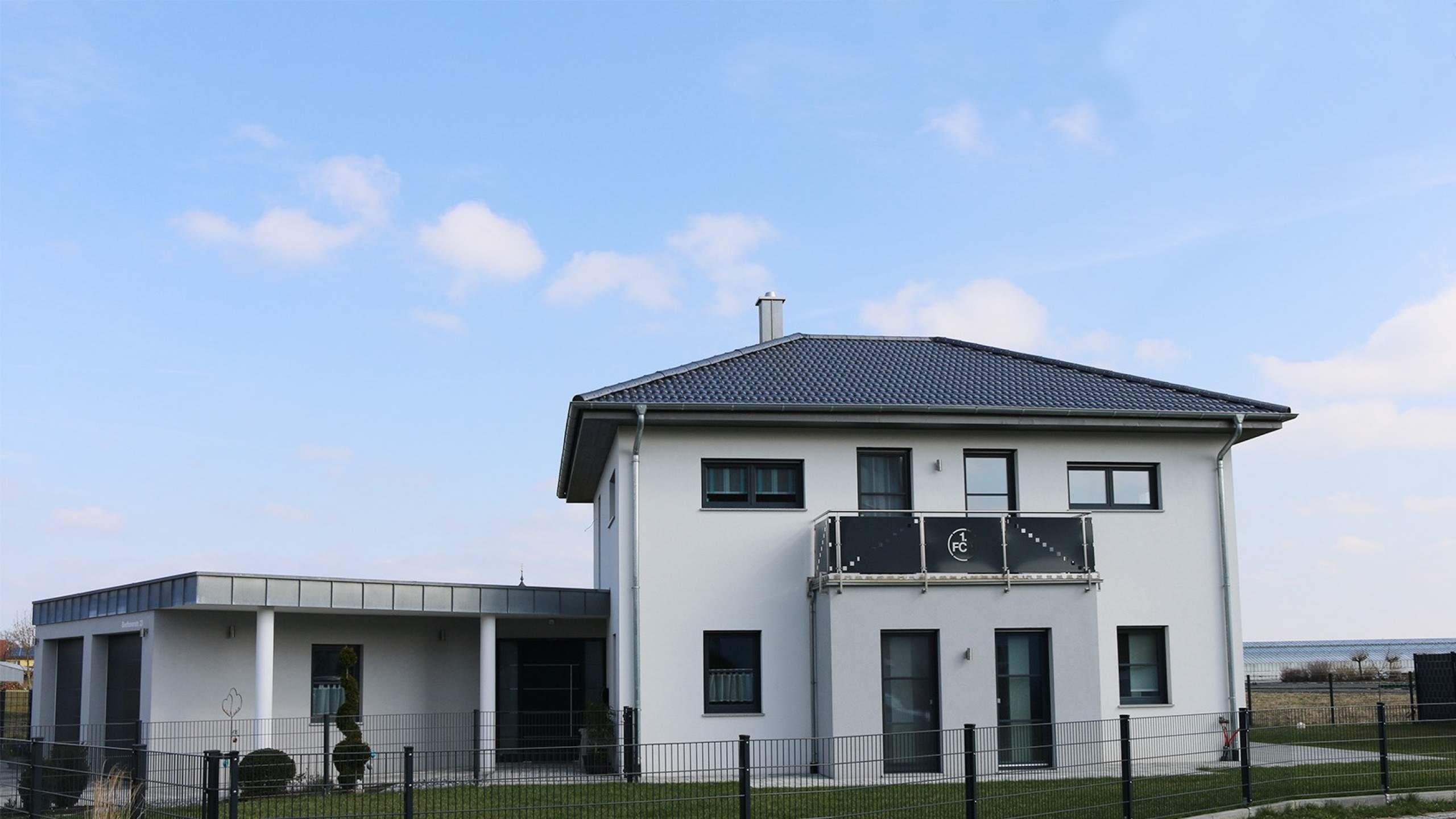 Einfamilienwohnhaus Balkon und Garten