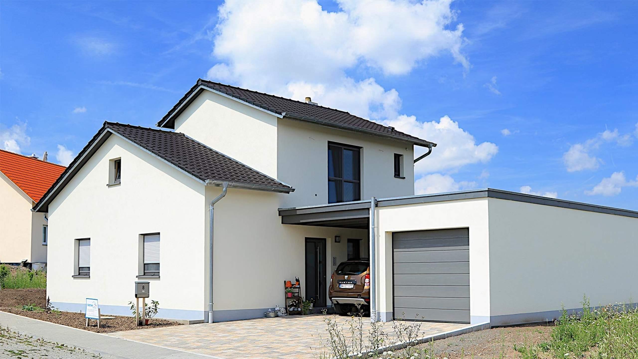 Einfamilienwohnhaus von Straße mit Garage