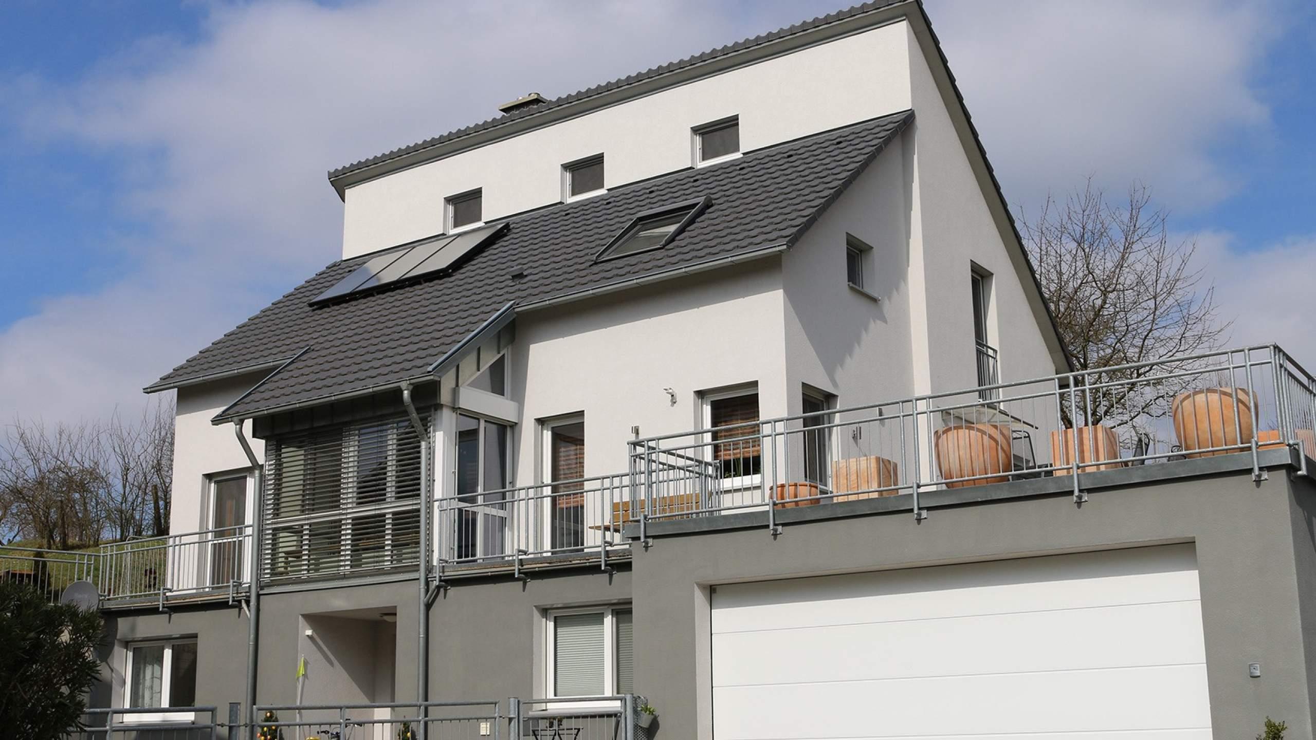 Mehrfamilienwohnhaus Modern mit großem Balkon